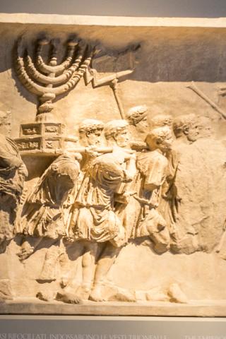 1. Rilievo dall'Arco di Tito con le spoglie del Tempio. Roma I sec. e.v./ 1930 c.